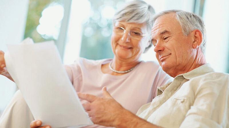 Пожилая пара с кредитным договором